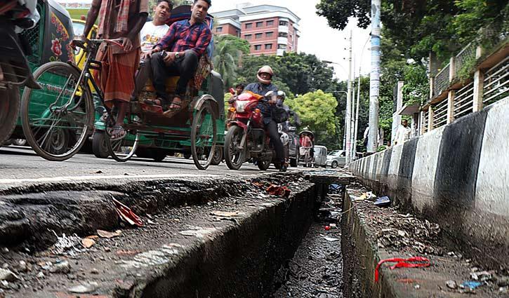 বঙ্গবাজার মোড় রেলওয়ে হাসপাতলের পাশে ঢাকনাবিহীন বড় ড্রেন। যেকোনো সময় ঘটতে পারে দুর্ঘটনা ।