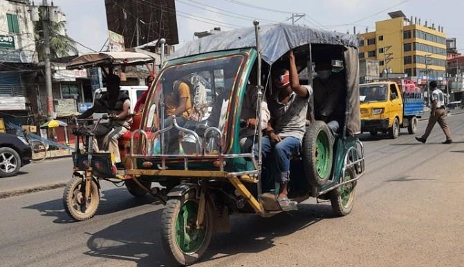 লকডাউনে অটো রিকশার দখলে গাজীপুরের মহাসড়ক